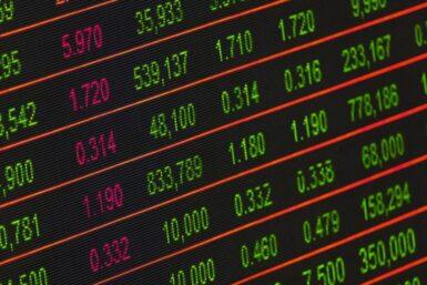 Tjen penge online på at investere i aktier – 3 tips for en begynder